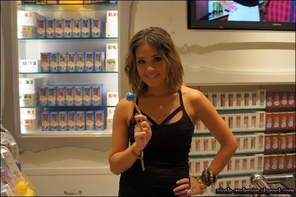 12 Juin 2011 : Nicole.A �tait � la 'Sugar Factory', un magasin o� il y a uniquement des bonbons.