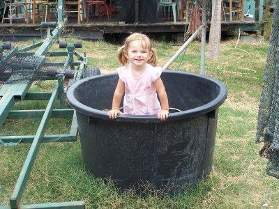 Elle veus prendre un bain dans une grande bassine mes 2 for Grande bassine plastique bain