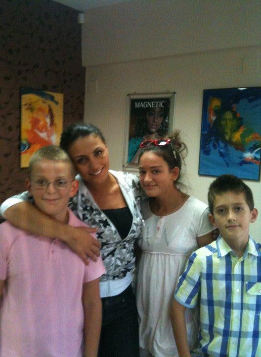 Genta Ismajli - Ben foto me fansat e saj :)