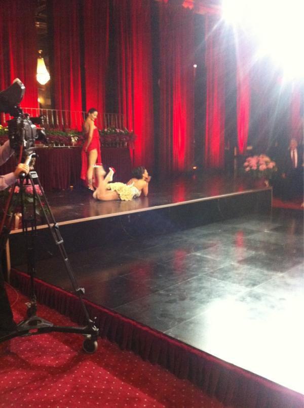 Genta Ismajli & Dafina Zeqiri duke interpretuar kengen e tyre duet ne BALLO PRANVERORE 2012 ne Sheshi 21