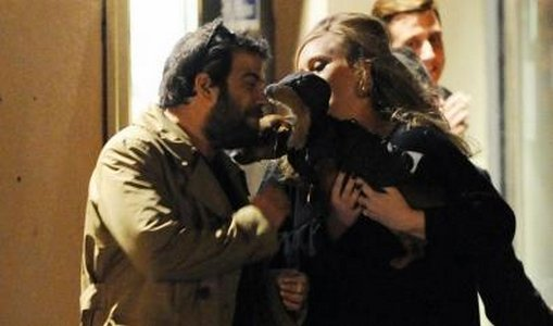 → Ad�le et son compagnon apr�u � la sortie d'un restaurant asiatique ce 12 janvier avec leur petit chien