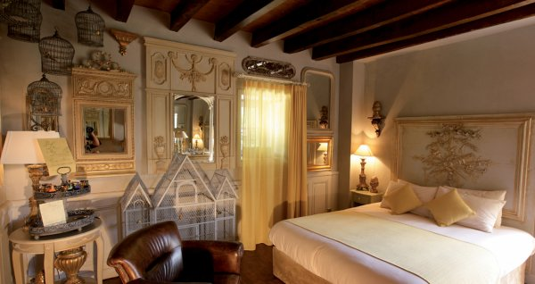 hotel du puy du fou blog de puydu fou 85. Black Bedroom Furniture Sets. Home Design Ideas