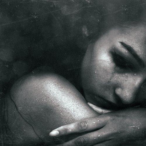 �tre forte, c'est pleurer dans ton lit tard le soir et sourire comme si le monde �tait � tes pieds le lendemain.