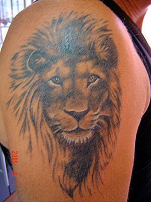 Lion noir et gris le tatouage par excellence - Tatouage blanc sur peau noir ...