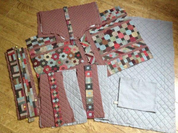 Cc me revoilà avec le projet qui me suis depuis le début de l'année ...la j'ai tout quilter les pièces du sac kesako il me reste certain blocs à appliqué dessus ...mais le montage sera fait à ma façon ...