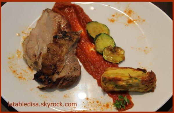 Epaule d'agneau au barbecue,compot�e de tomates et flans de courgettes curcuma gingembre