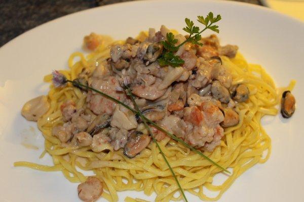 tagliolinis frais aux fruits de mer et crevettes
