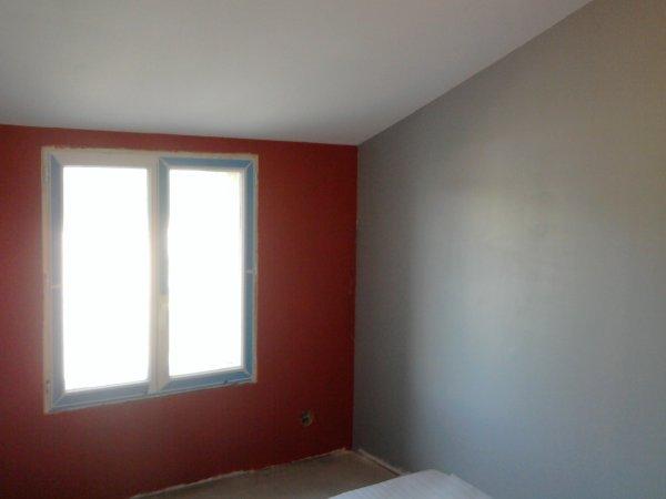 Chambre paul renovation grange for Peinture chambre gris et rouge