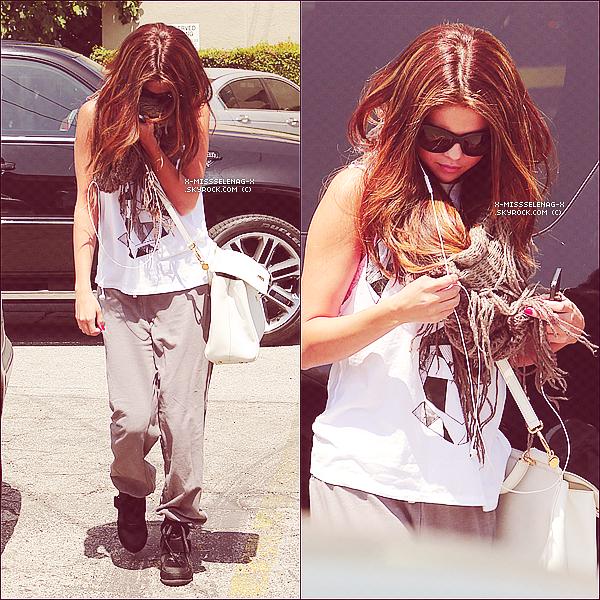 + May 15th  ;   Selena arrivant et quittant un studio de danse � Los Angeles. +