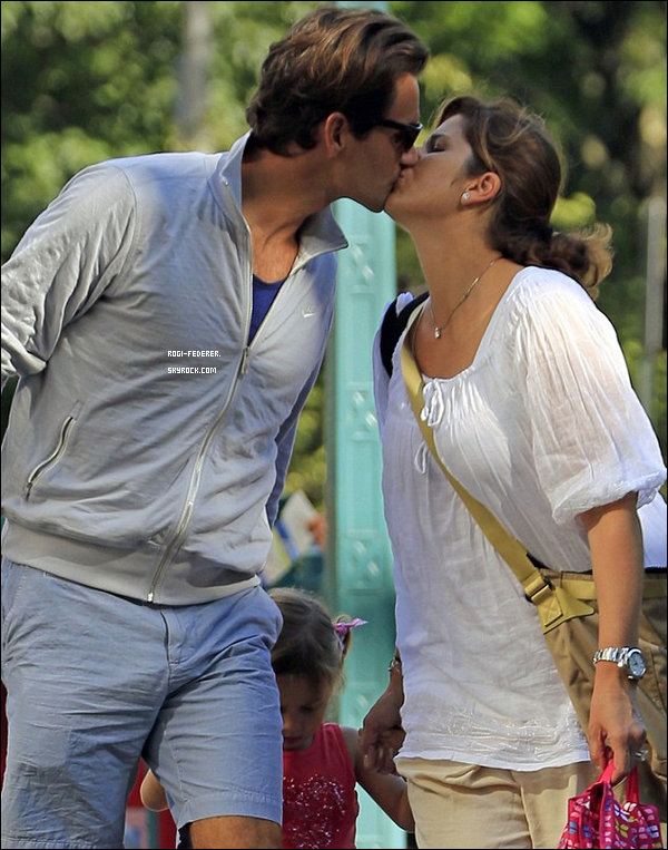 29/08/2012 : Roger en famille dans les rues de New York. C'est la premi�re fois que le couple s'embrasse en public.