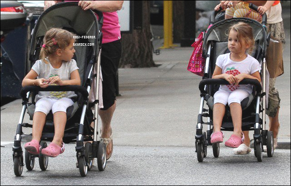 25/08/2012 : Mirka Federer et ses jumelles ont �t� aper�ues aux rues de New York