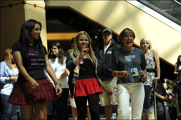 Jessica performing in Detroit at a mall with Cody Simpson