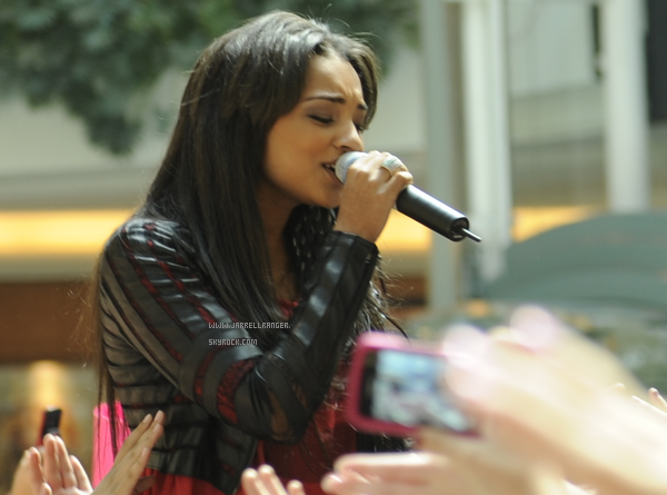 Jessica performing in Detroit at a mall with Cody Simpson (Part 3)
