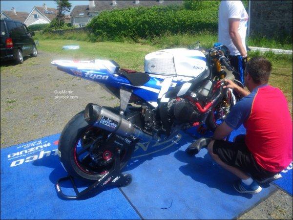 . 18/07/2013 : Guy a posté plusieurs photos sur le blog. Certaines photos sont un peu vieilles. On peut voir quand même la moto de Guy au TT. Il nous dit un million de merci pour tout le soutient qu'on lui apporte chaque année là bas. .