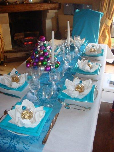 Table r ve bleu nappe blanche et chemin de table bleu for Nappe et chemin de table en papier