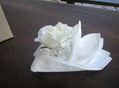 pliage de serviette tissu avec fleur s o s decos. Black Bedroom Furniture Sets. Home Design Ideas