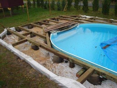 Piscine squelette terrasse bois notre maison nos travaux for Piscine terrasse bois
