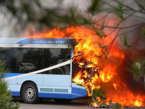 26 11 2013 var toulon un bus du r seau mistral en feu sur l 39 autoroute a57 la valette. Black Bedroom Furniture Sets. Home Design Ideas