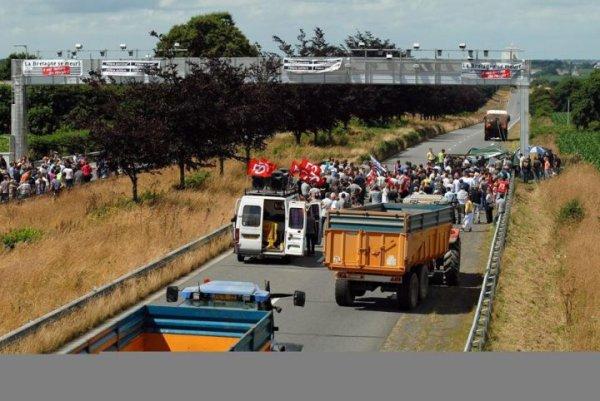 Bravo aux manifestants qui abattent un portique �cotaxe dans le Finist�re