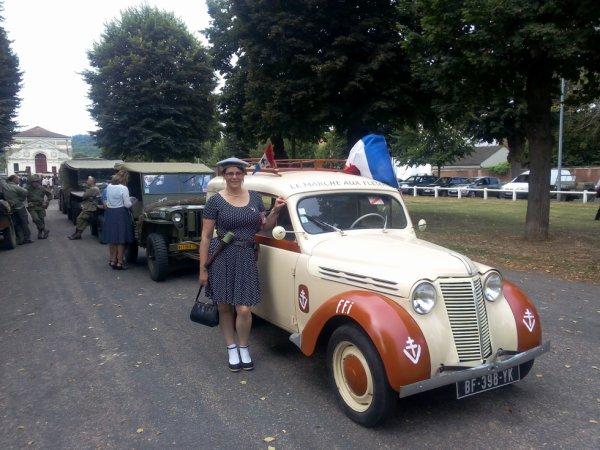 madame a coter de sa voiture  en commemoration de la liberation