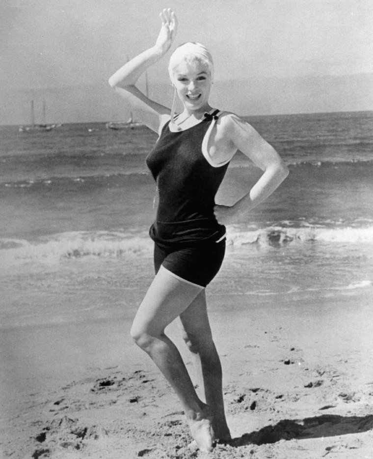 1959 marilyn en maillot et bonnet de bain des ann es 30 sur la plage de coronado pour le. Black Bedroom Furniture Sets. Home Design Ideas