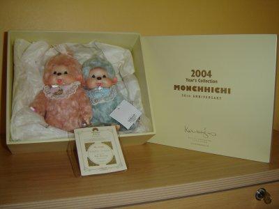 Jolie boite en bois pour  ces deux Monchhichi en mohair , édition limitée 30 ans Monchhichi Japon 20 CM