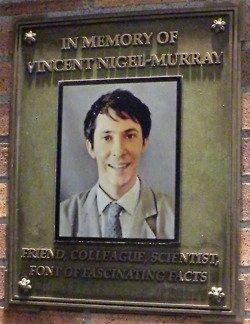 • • Sur Tumblr, j'ai trouvé ça ! Dans les premiers épisodes de la saison 7 : on peut voir à l'entrée de l'institut une plaque en mémoire de Vincent Nigel Murray qui a été tué dans le 6x22 ! L'avais-tu remarqué ! Il fallait avoir l'oeil ! Gardez l'oeil dans les prochains épisodes ! Ps : on voit quelques secondes la plaque dans le 7x02 ( quand Camille et avec Finn le nouvel interne ) vers 0,49 sec ! • •