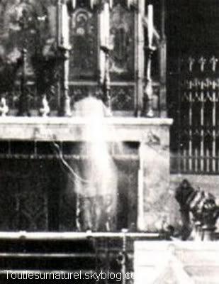 Deux apparitions dans une �glise Session 1 : Apparition Photographique Lieu : Arundel, France Ann�e :  - Type : Amateur