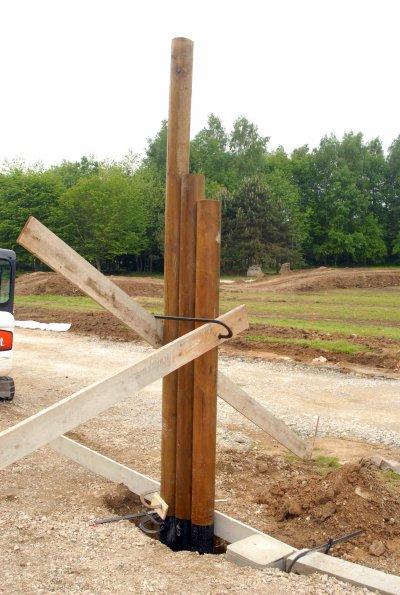 Pose des poteaux du portail la cabane en bois - Habillage poteau portail ...
