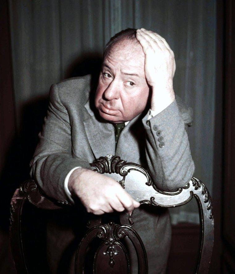 """""""Les pr�f�r�es d'HITCHCOCK..."""" / Alfred HITCHCOCK est un r�alisateur britannico-am�ricain, �galement producteur et sc�nariste, n� Alfred Joseph HITCHCOCK le 13 ao�t 1899 � Leytonstone (en) (Grand Londres) au Royaume-Uni et mort le 29 avril 1980 � Bel Air � Los Angeles aux �tats-Unis. Apr�s une carri�re � succ�s dans son pays natal � l'�poque du cin�ma muet et au d�but du cin�ma sonore, HITCHCOCK part s'installer � Hollywood. En avril 1955, il acquiert la citoyennet� am�ricaine, tout en conservant sa citoyennet� britannique. Au cours de ses quelque soixante ann�es de carri�re, il r�alise plus de cinquante longs m�trages, dont certains comptent, tant par leur succ�s public que par leur r�ception et leur post�rit� critiques, parmi les plus importants du septi�me art : ce sont, entre autres, """"Les 39 Marches"""", """"Les Encha�n�s"""", """"Fen�tre sur cour"""", """"Sueurs froides"""", """"La Mort aux trousses"""", """"Psychose"""", ou encore """"Les Oiseaux"""". (de haut en bas) Ingrid BERGMAN / Grace KELLY / Eva Marie SAINT / Kim NOVAK / Janet LEIGH / Tippi HEDREN / Julie ANDREWS"""