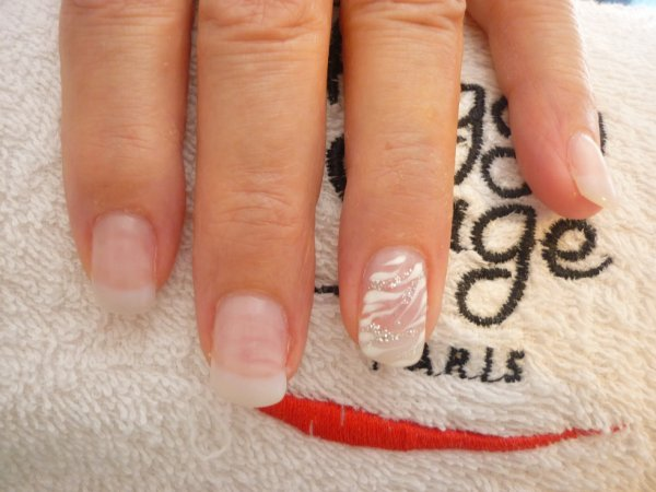 Ongle en gel discret - Modele french manucure fantaisie ...