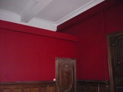 murs réenduits, peinture ton rouge velour mat, elec refaite, pose d'un jonc de mer au sol (photos prise avant nettoyage)