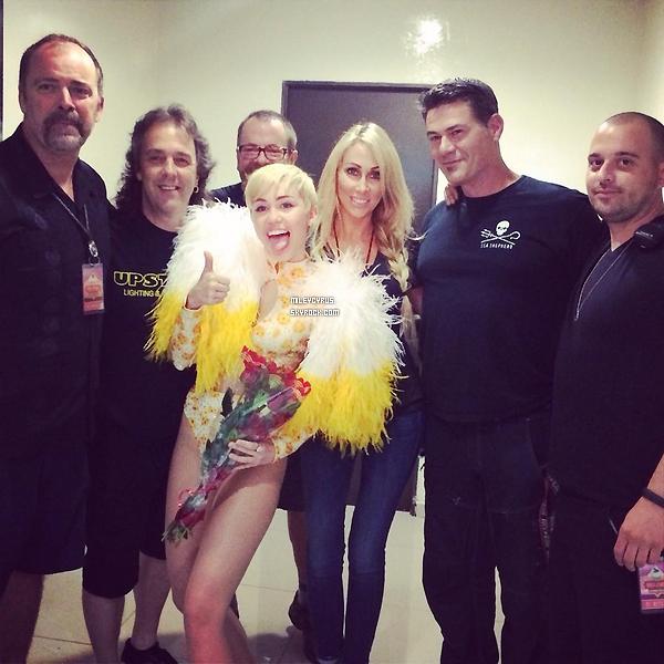 . |16/09/2014 | Concert | Mercredi et jeudi, Miley � commencer ses premiers concerts au Mexique, � Monterrey. Et elle a d�j� fait un scandale! Miley s'est fait surpass� en se faisant fouetter sa paire de fausses fesses avec des drapeaux aux couleurs du pays. La vid�o a vite �t� vu par les m�dias mexicains choqu� du comportement de notre chanteuse. Une enqu�te � �t� ouverte, et il semblerait que cet acte soit passible d'une amende de 1270 dollars et d'une d�tention de 36h en prison !  .