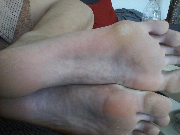 les pieds de manon elle fais du 42 y sont parfais ces pieds <3 <3 <3
