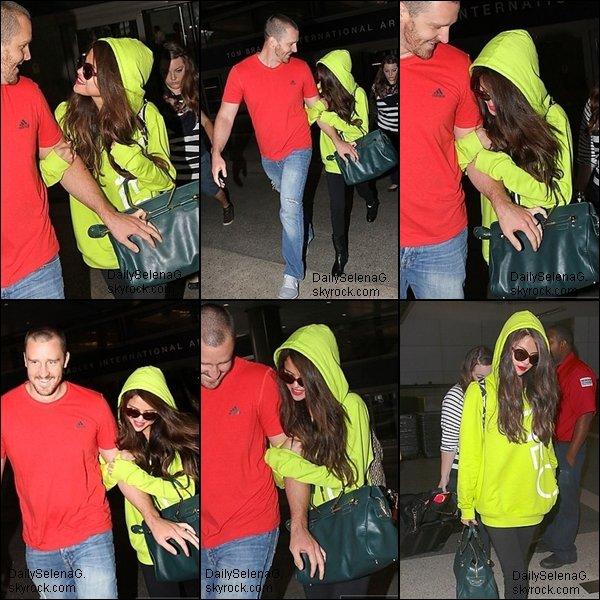 10/07/13 : Selena arrivant a l'a�roport de Los Angeles avec son beau-p�re.