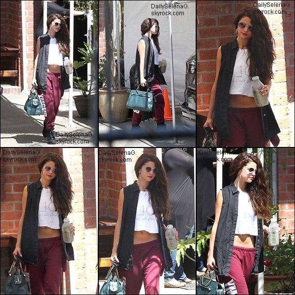 13/07/13 : Selena quittant le studio de danse.