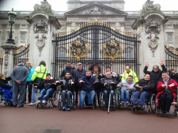 tout le groupe devant Buckingam Palace