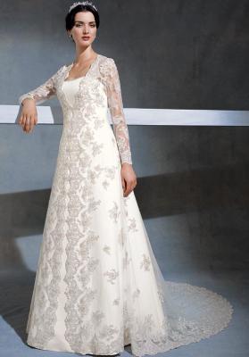 Robe de mariée Turque composé de deux pièces tissu dentelle faites main et satin duchesse. Taille réglable . Location  8000 DA avec accessoires .