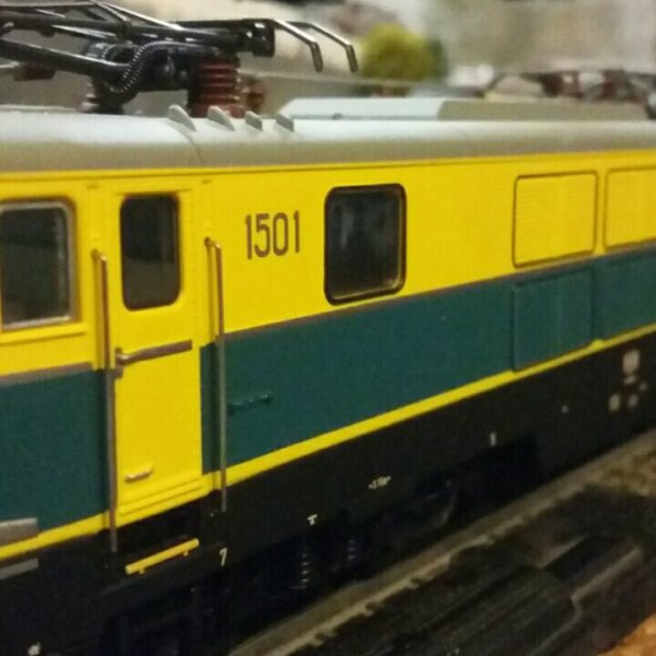 Ma Locomotive �lectrique s�rie 15 en livr�e jaune / bleue de TreinShop Olaerts