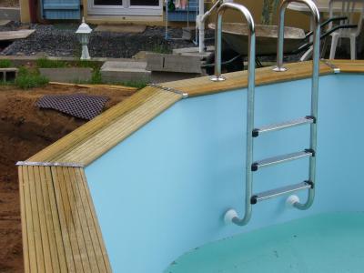 Pose de l 39 chelle construction d 39 une piscine bois maeva - Echelle piscine escamotable ...