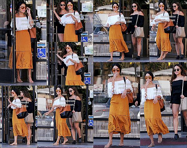 * 01/08/16 : Vanessa H. a �t� aper�ue quand elle quittait le salon de manucure � AQ Nail Spa � dans Studio City. Vanessa est toute belle. Elle �tait accompagn�e de sa soeur Stella. J'aime beaucoup sa robe dans les tons orang�s, �a rend super bien. Top pour moi  *