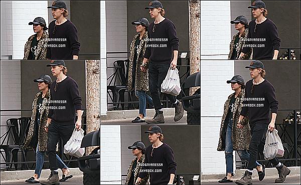 * 04/01/17 : Vanessa a été repérée lorsqu'elle quittait le «  Aroma Coffee & Tea » avec une amie - à Studio City. Plus tard, Vanessa a été vue quittant le Big 5 Sporting Goods avec son copain Austin toujours à Studio City. J'aime moyennement sa tenue, un Bof  *