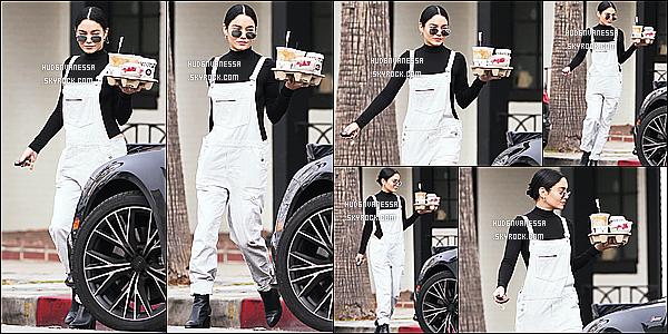 * 03/01/17 : Vanessa a été aperçue quand elle arrivait et quittait « Alfred Coffee & Kitchen » - dans Studio City. Vanessa sort pas mal en ce moment. Elle est superbe. J'aime bien la tenue qu'elle porte. Les lunettes de soleil lui vont bien. Je lui mets donc un Top.  *