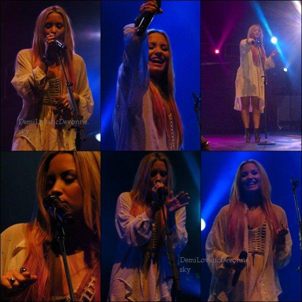 15.07.12 : Soundcheck & Concert à Bakersfield, CA J'adore les tenues de Demi . Je lui donne un TOP et vous ? TOP/BOF/FLOP ?