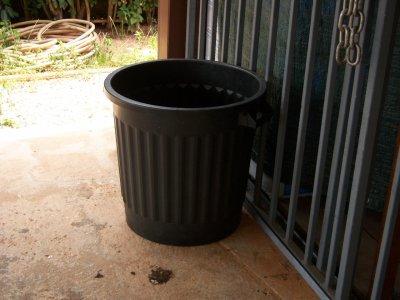 grosse poubelle noire d exterieur blog de karlouche007. Black Bedroom Furniture Sets. Home Design Ideas