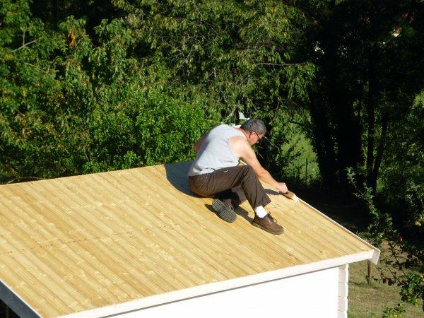 On refait le toit du chalet vite au jardin - Feutre bitume toiture ...