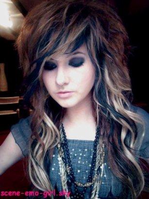 Sachez que certaines émos que vous voyez avec des cheveux magnifiques mettent des extensions à clips ou colle. Pour faire une coupe comme les émos il faut