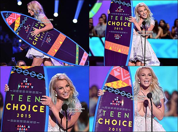 """16 ao�t 2015 : Miss Britney Spears �tait pr�sente � la c�r�monie des """"Teen Choice Awards"""". Comme en 2009, cette ann�e l� les TCA ont honor� Brit', en remportant le prix du Style Icon."""