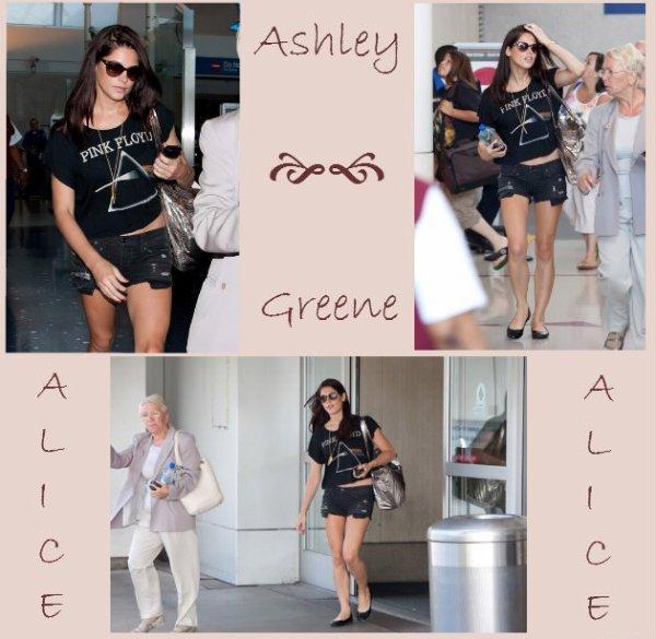 Ashley Greene débarquant a Los Angeles