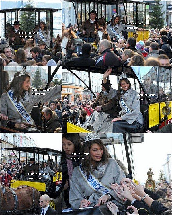. 18/12 Laury de retour à Brest, traversant la Rue de Siam puis accueillit à la mairie de Brest par le maire.   Je trouves notre Miss absolument ravissante et très souriante ! .